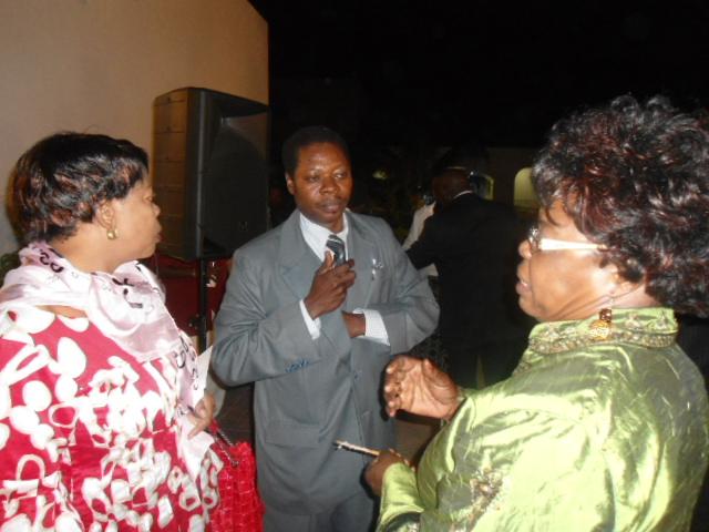 Des Congolais échangent : « Crédit photo : Etienne (Billy) TSHISHIMBI ».