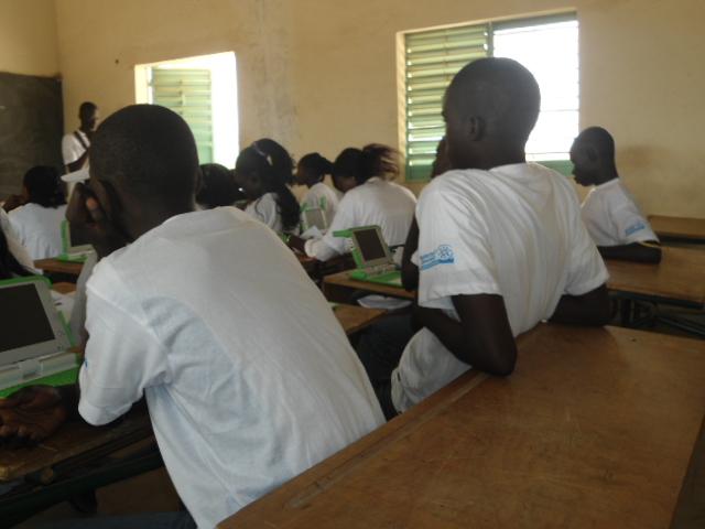 Initiation 2 à l'utilisation des ordinateurs XO au CEM de l'Ile de Mar (Région de Fatcik/Sénégal) dans le cadre d'un projet soutenue par le Programme de subventions à la communauté d'ISOC : « Crédit Photo : Etienne (Billy) TSHISHIMBI».