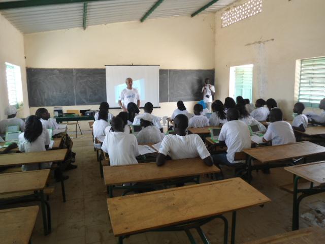 Initiation à l'utilisation des ordinateurs XO au CEM de l'Ile de Mar (Région de Fatick/Sénégal) dans le cadre d'un projet soutenue par le Programme de subventions à la communauté d'ISOC
