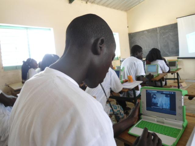 Un collégien avec un XO au CEM de l'Ile de Mar (Région de Fatcik/Sénégal) dans le cadre d'un projet soutenue par le Programme de subventions à la communauté d'ISOC : « Crédit Photo : Etienne prénom (Billy) TSHISHIMBI ».