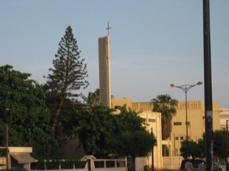 La croix au sommet de l'Eglise AD/Temple Évangélique à Dakar  : « Crédit photo : Etienne (Billy) TSHISHIMBI ».