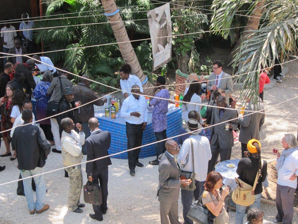 Le moment du cokctail lors de la Conférence de presse du démarrage effectif du TANDEM Dakar-Paris 2013 : « Crédit photo : Marine DURAND ».