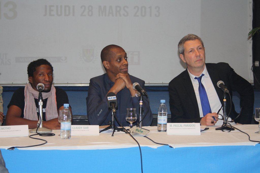 Elemotho, Claudy, Pascal pour le Prix découvertes RFI-France 24 lors de la Conférence de presse du démarrage effectif du TANDEM Dakar-Paris 2013 : « Crédit photo : Marine DURAND ».