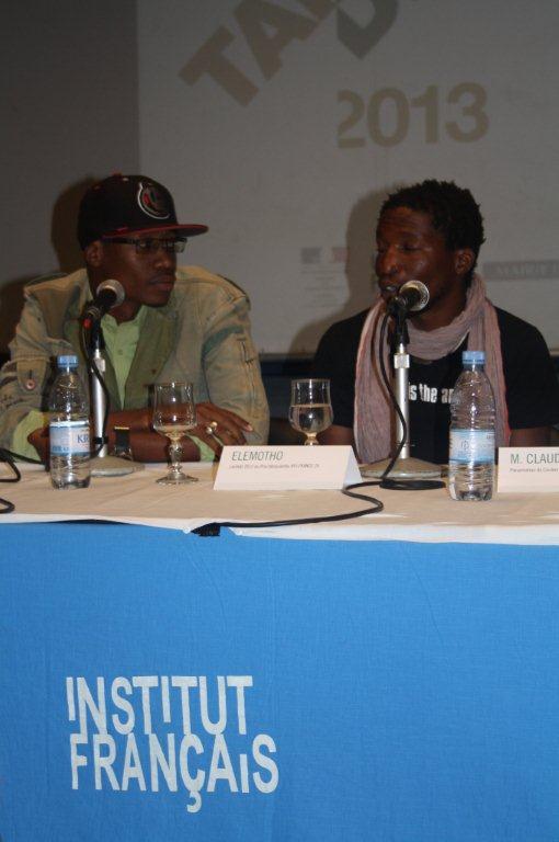 Elemotho et son interprète lors de la Conférence de presse du démarrage effectif du TANDEM Dakar-Paris 2013 : « Crédit photo : Marine DURAND ».